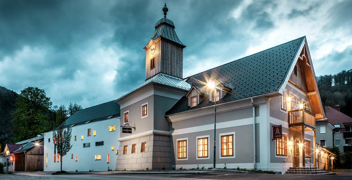 Hotel zum Glockenturm Marktl Lilienfeld Exterior view at night Slider